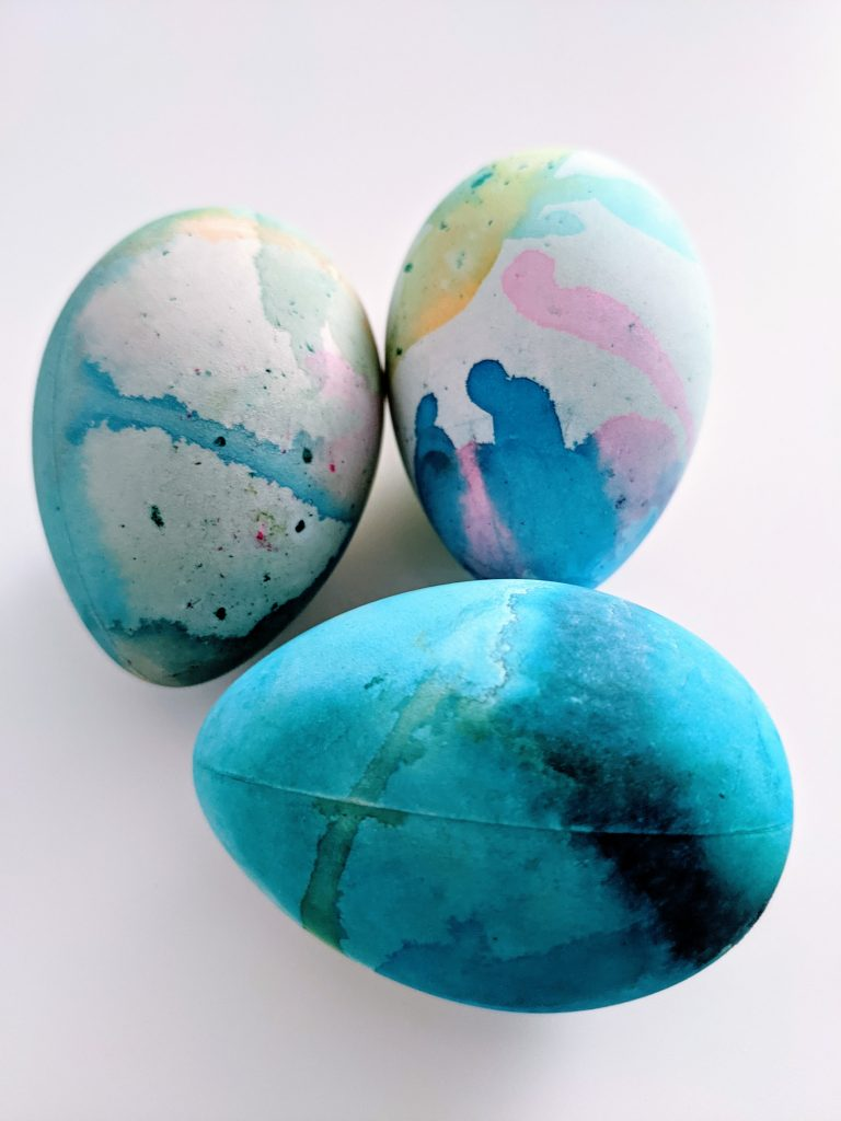 easy Easter egg craft including this fizzy dyed Easter egg